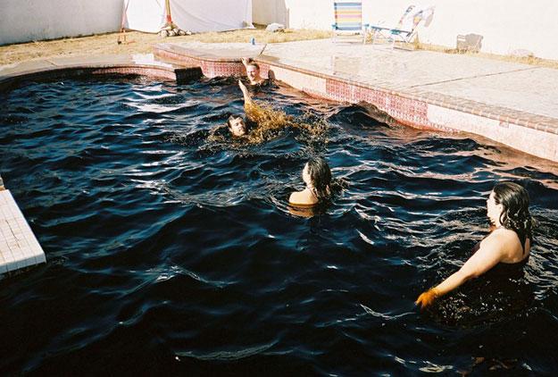 The soda pop swimming pool would you swim in it bit rebels for Piscina de coca