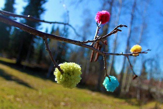 Yarned flowers on a tree (Image: Bitrebels.com)