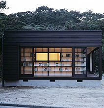 Architecture: A Cozy House Created From Bookshelves