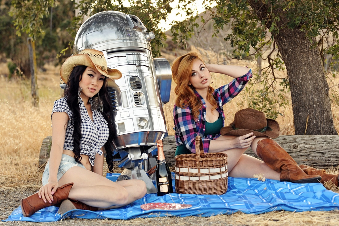R2-D2 Shares An Evening With 2 Pretty Ladies [Cosplay]