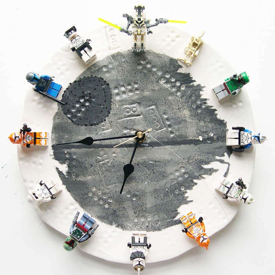 Diy lego star wars clock with interchangeable minifigs for Diy lego crafts