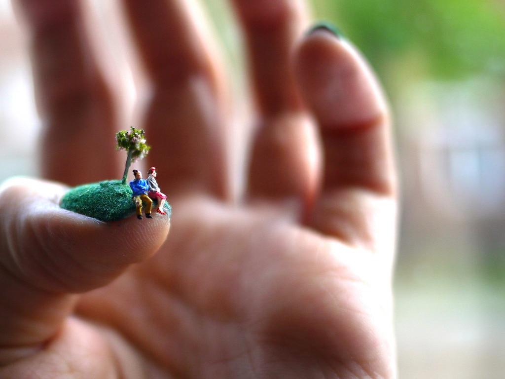 miniature-people-on-fingernails