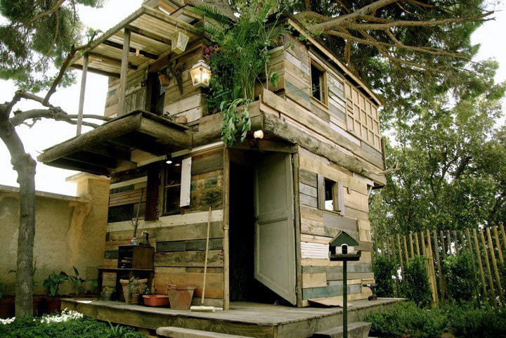 Creative Treehouse Built With Stuff Found In The Trash