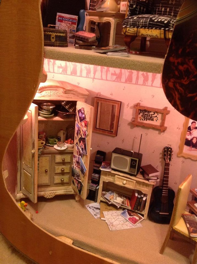 miniature-dollhouse-built-inside-guitar