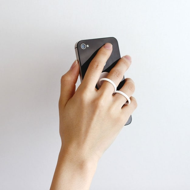 Smartphone Holder Made Of Finger Rings Helps You Grip Your Phone
