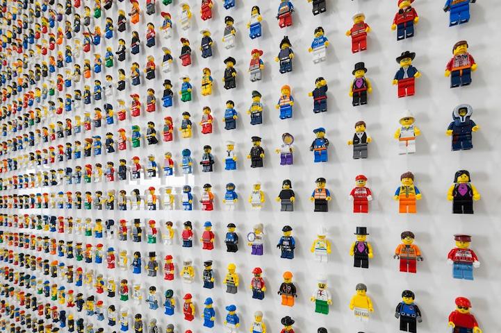 lego-wall-minifigs-office-decor
