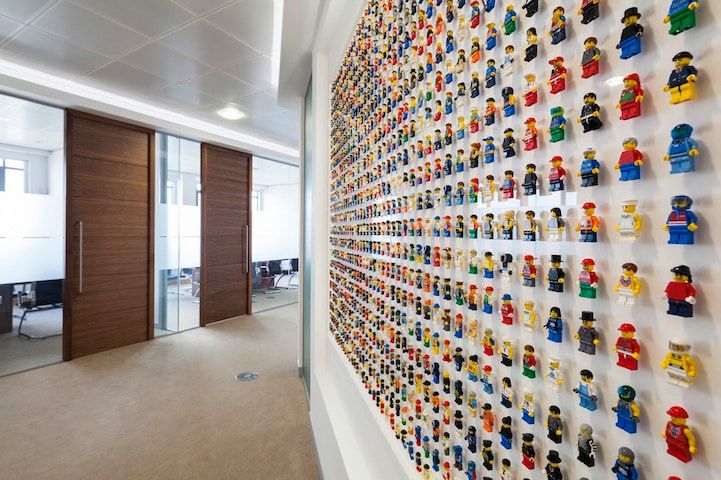 Lego wall adorned with 1 200 minifigs creates geeky office for Decoration lego