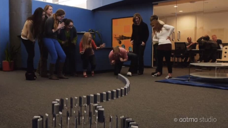 10,000 Computer Generated iPhone 5s Fall Like Dominoes [Video]