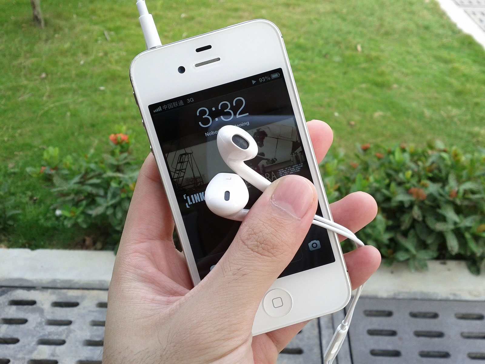 Snap Pics With Your Apple Earpods/Earbuds And Avoid Fumble Fingers