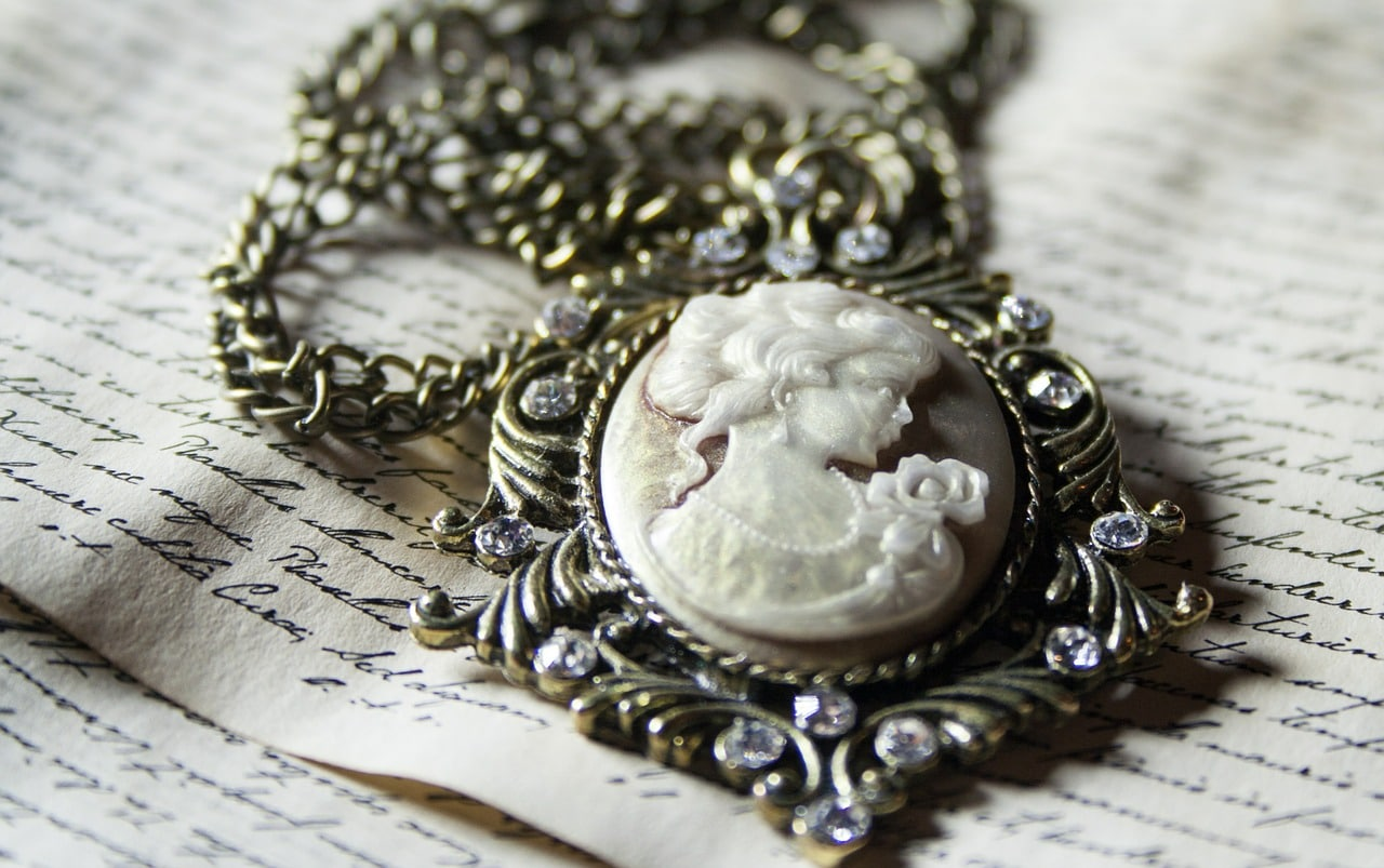 Buying Antique Jewelry Article Image