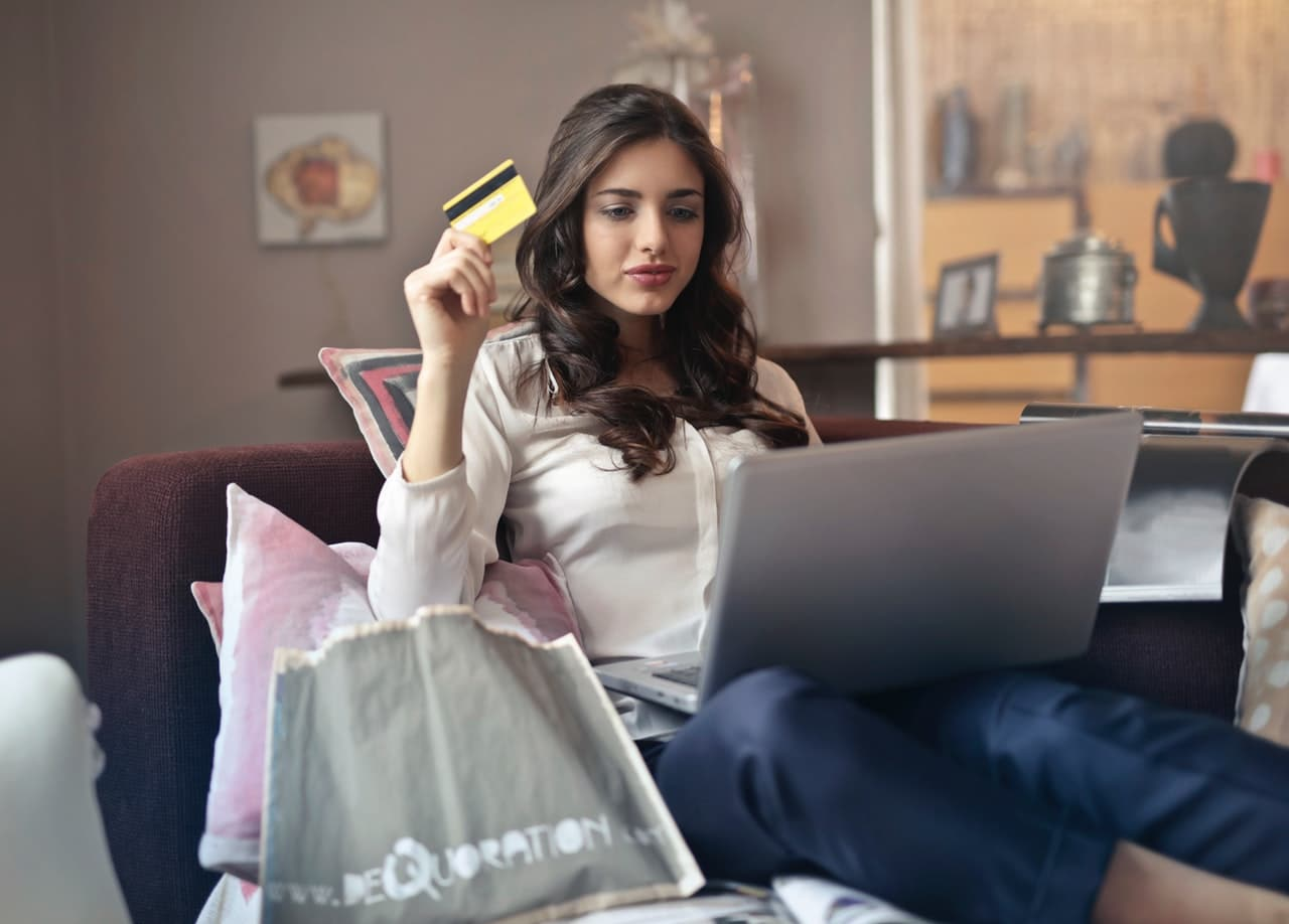 E-Commerce Virtual Mobile Article Image
