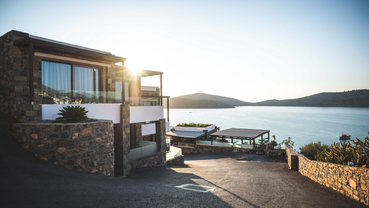 4 Reasons Invest Real Estate Header Image