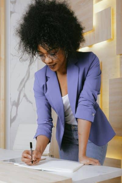 Benefits Standing Desk Lifestyle Image2